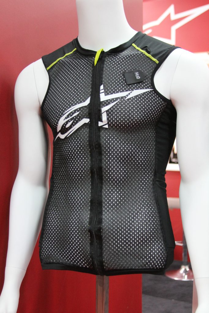 THE BASIC VEST ALLOWS MAXIMUM AIR TO THE FRONT.
