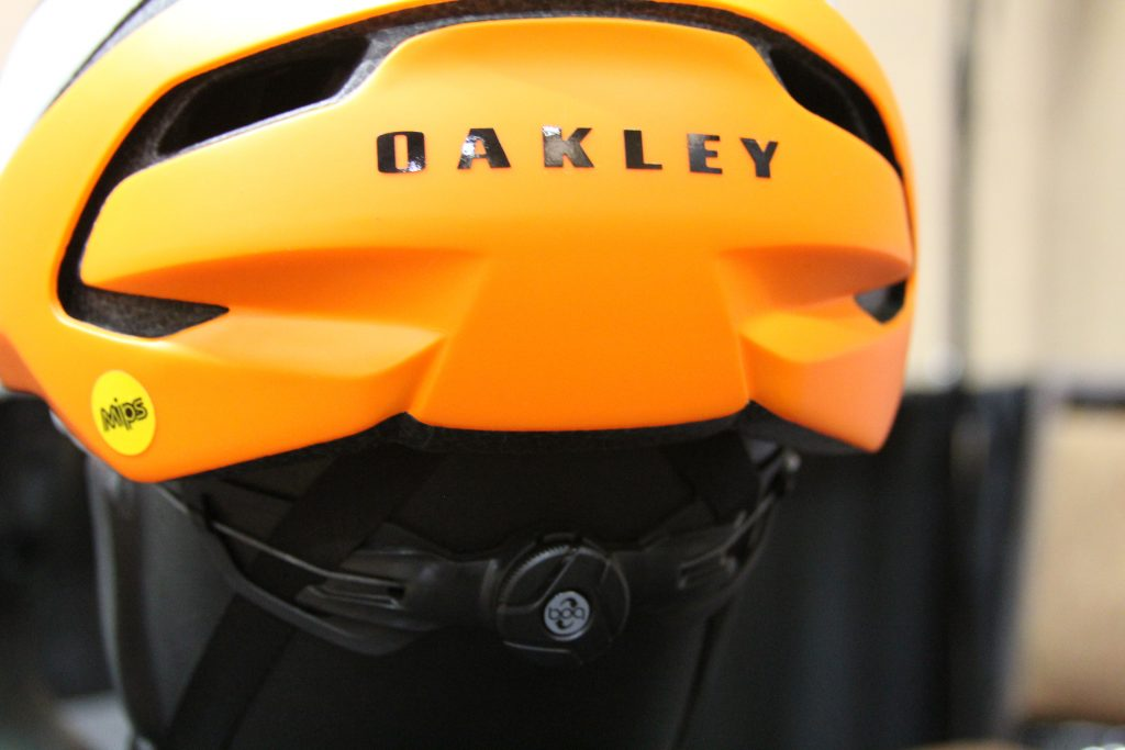 SURE IT LOOKS LIKE AN ORDINARY TWIST ADJUSTER, BUT THIS ONE IS FAR FROM IT. OAKLEY IS THE FIRST TO USE THE BOA SYSTEM WITHIN THE HELMET ITSELF.